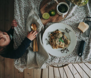 Food photography, food photography ideas, table setting with meatballs and spaghetti and lille boy